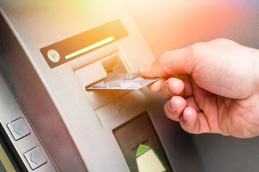 Geld am Bankautomat abheben